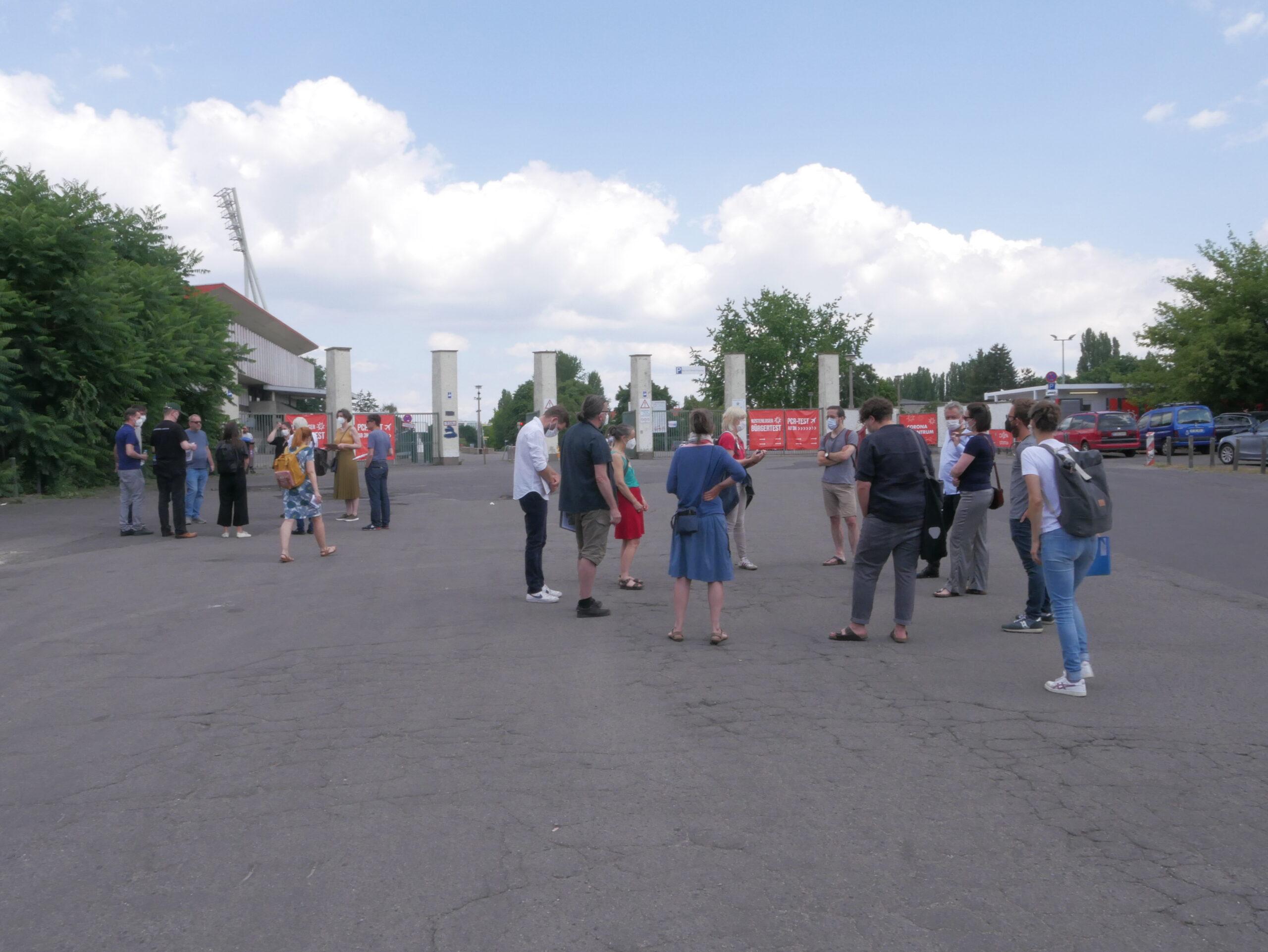 Bürger*innen warten am Eingang des Sportparks